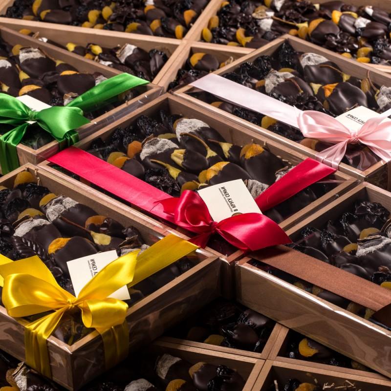 Сухофрукты в подарочной коробке от 40 шт