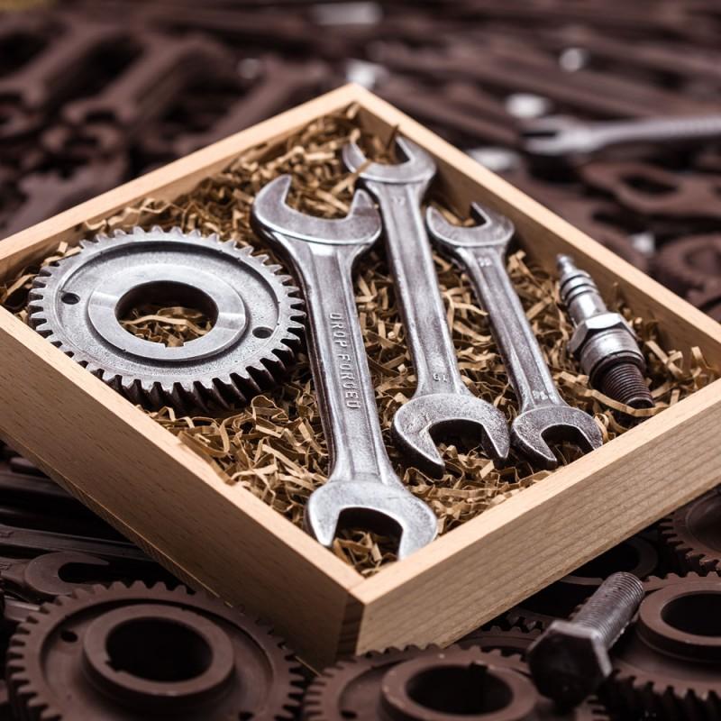 Три ключа шестеренка и свеча