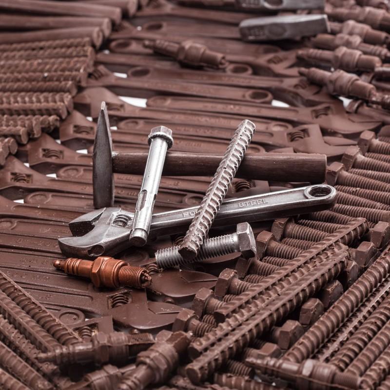 Инструменты из шоколада сотруднику