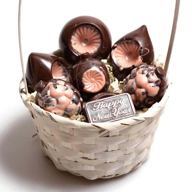 Корзинка с шоколадными игрушками № 3