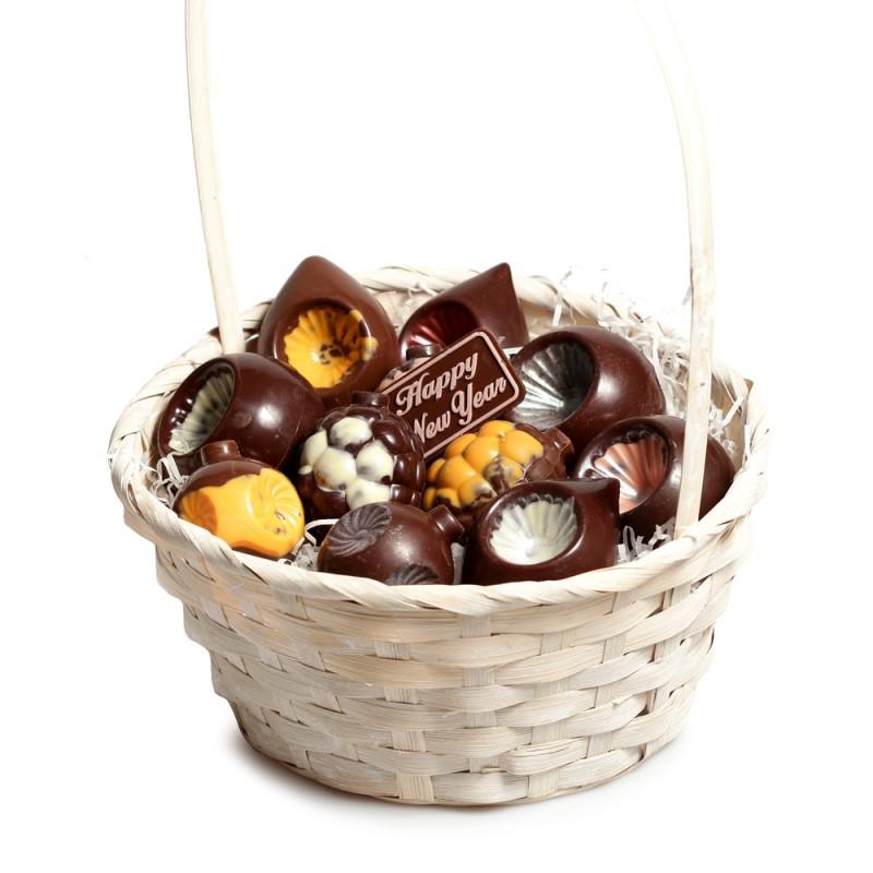 Корзинка с шоколадными игрушками № 4